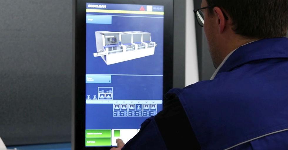 Na 19-calowym, płaskim ekranie (HMI), wszystkie moduły systemu są zaprezentowane osobno iczytelnie jako kompletny wykres, podobnie jak na ekranie smartfona. /Fot. Ecoclean GmbH