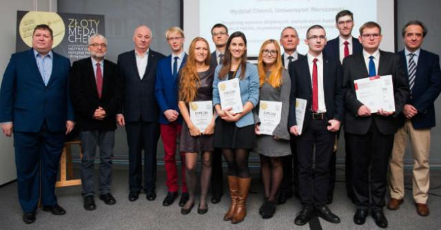 Finaliści iorganizatorzy konkursu Złoty Medal Chemii 2015