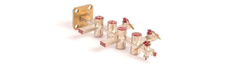 Falowód mikrofalowy na 140 GHzGenerator na diodzie Gunna połączony zdwukaskadowym wzmacniaczem na diodzie IMPATT, zawierający cztery trójramienne cyrkulatory wkształcie litery T