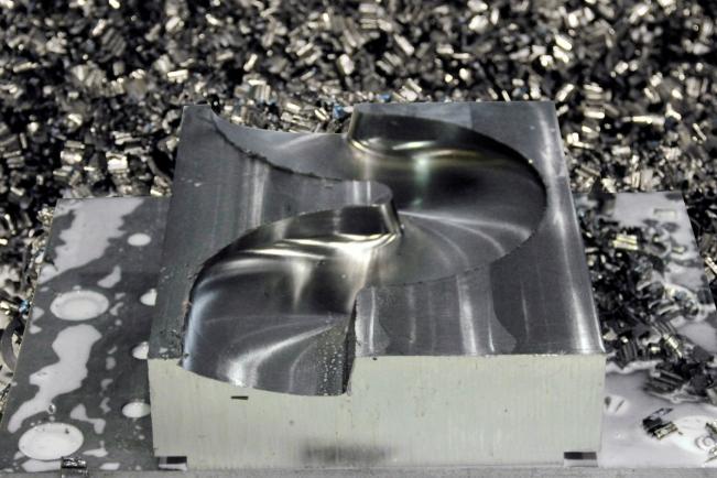 """Wymagający test """"toru bobslejowego"""", opracowany wcelu osiągnięcia maksymalnego momentu isił skrawających, bezproblemowo zaliczony przez frezarko-kopiarkę Fives Cincinnati XT wyposażoną wzłącze wrzeciona KM4X"""