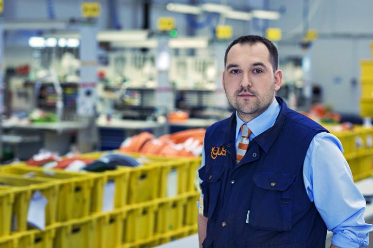 Daniel Marzec jest absolwentem mechatroniki wWojskowej Akademii Technicznej oraz ekonomii na Uniwersytecie Rzeszowskim. Wtrakcie studiów prowadził własnego start-up'a zajmującego się szkoleniami zrobotyki dla dzieci oraz młodzieży. Wigus pracuje od ponad 5lat, już od samego początku zaczynał pracę wbezpośrednim kontakcie zklientami igus. Następnie objął funkcję Managera produktu e-prowadniki. Ostanie 3lata zarządzał działem e-systemów prowadzenia energii, rozwijając zespół z7do 26 osób. Wraz zzespołem rozwijał nowe specjalizacje igus Polska tj. dział projektów, instalacji, działy branżowe, dział systemów ReadyChain®, obsługi klienta oraz opieki nad dystrybutorami.