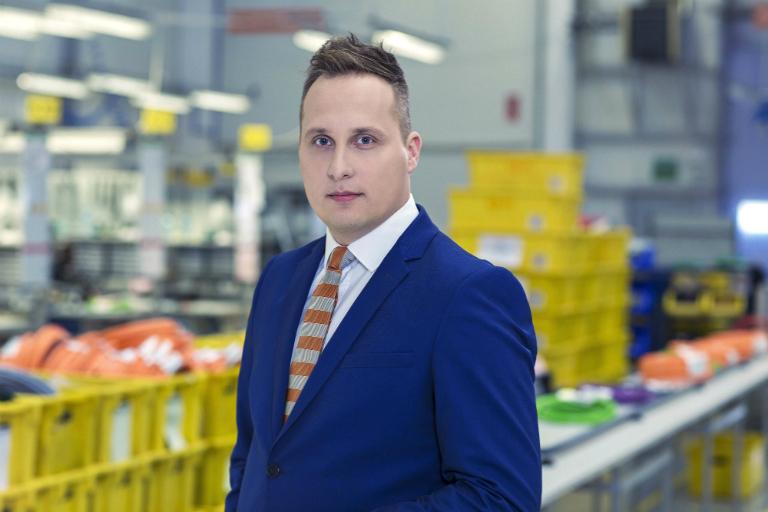 Radomir Ochocki związany zigus Polska od 2009 roku lat awansuje ze stanowiska Managera Działu Łożysk. Ma za sobą bogatą karierę zawodową – wigus zaczynał od stanowiska Inżyniera Sprzedaży, następnie był odpowiedzialny za produkty zzakresu techniki liniowej drylin, zaś przez ostatnie 3lata zarządzał 25 osobowym zespołem. Przez ten okres grupa produktowa łożysk ślizgowych dry-tech stała się kluczowym obszarem działalności firmy irozwinęła się oinnowacyjne produkty oraz usługi. Wcześniejsze doświadczenie to praca m.in. wEngineering Design Center -Instytut Lotnictwa, General Electric. Ukończył studia magisterskie na Wydziale Inżynierii Materiałowej Politechniki Warszawskiej.