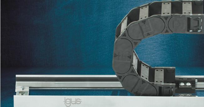 Aluminiowa rynna prowadząca składająca się zdwóch regulowanych elementów bocznych pasuje do różnych e-prowadników iminimalizuje tarcie /Źródło: igus GmbH