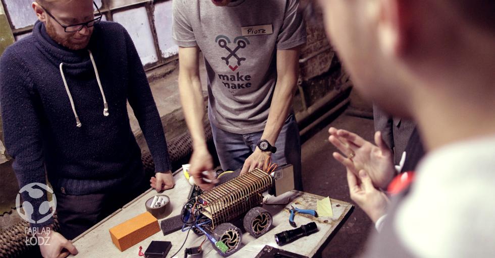 Prace nad eksperymentalnym robotem podczas Hakatonu robotycznego