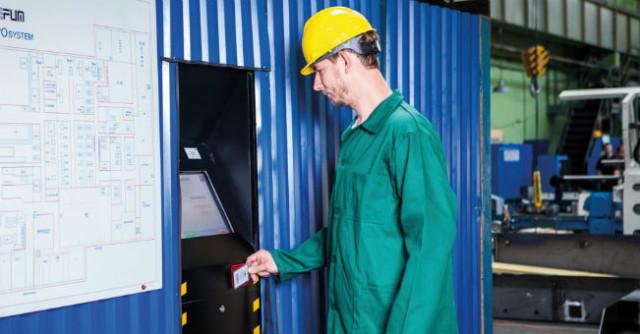 Pracownik produkcji przy terminalu IPOsystem_2