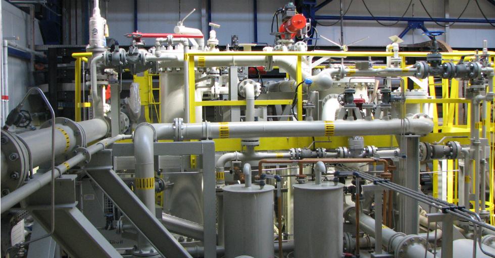 Kompresory gazu kwaśnego – zaprojektowane izbudowane przez ABB – stanowią jeden znajważniejszych elementów całej instalacji. Gaz ten, zawierający kilkanaście procent siarkowodoru, pozwala bowiem na odzyskanie lekkich węglowodorów niezbędnych wtechnologii związanej zprzeróbką ropy naftowej. Fot. Sławomir Cieślak
