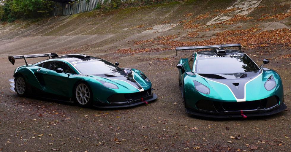 2 egzemplarze wyścigowej Arrinery GT na torze w Brooklands
