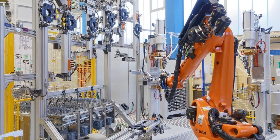 Do odbioru różnych podpór profili dachowych roboty wymagają systemu chwytaków odpowiedniego dla danego typu. Firma zaprojektowała pionowo ułożoną stację chwytakową do adaptacji iprzechowywania odpowiednich chwytaków /Zdjęcie: DALEX