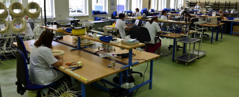 Produkcja złączy odbywa się wdwóch halach produkcyjnych. Dodatkowo kolejna hala montuje przełącznice światłowodowe