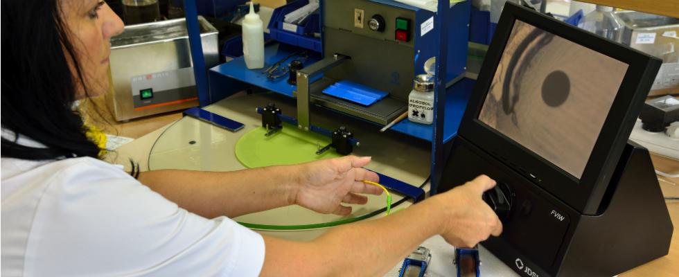Na każdym etapie produkcji złącza są dokładnie sprawdzane. Na zdjęciu widok złącza pod mikroskopem podczas szlifowania.