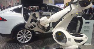 Robot KUKA montujący elementy Tesli / HMI 2017