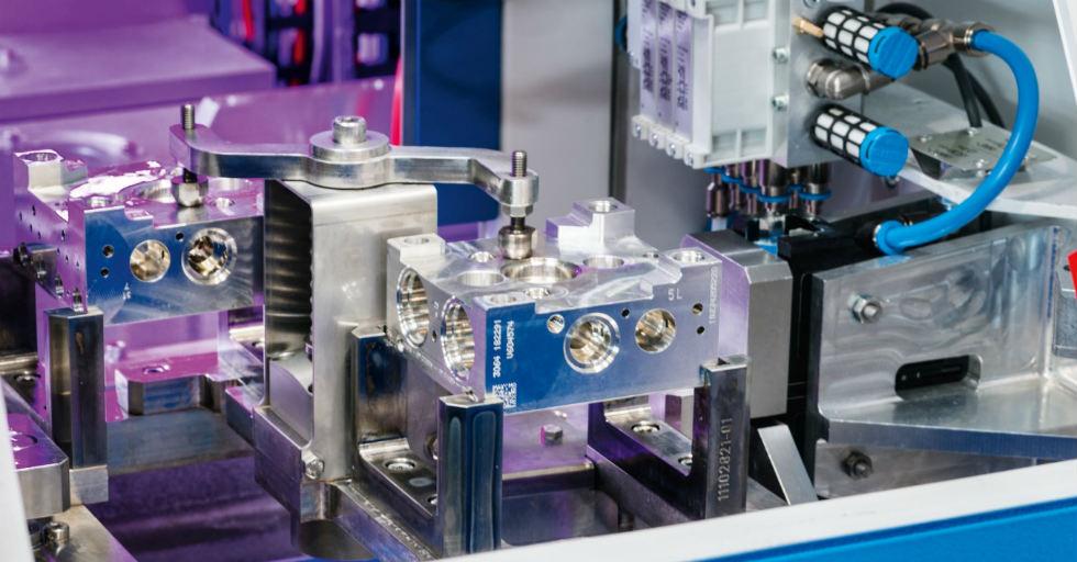 Удаление заусенцев под высоким давлением может выполняться с использованием стандартного одиночного шпинделя или дополнительной подвижной головки, которая может работать с пятью различными инструментами.  / Фото.  Ecoclean GmbH