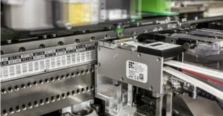Zautomatyzowane i oszczędne podajniki etykiet dla producentów elektroniki