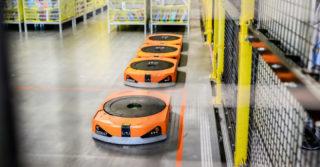 """3 000 robotów """"wirujących"""" po podłodze z regałami pełnymi produktów. Widziałeś jak roboty Amazonu wykorzystywane są w praktyce?"""