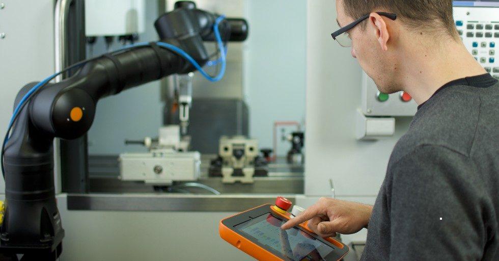 Robot w rękach ślusarza. Jak zacząć by szybko czerpać korzyści