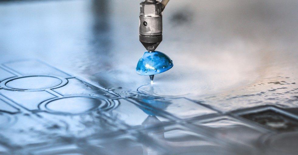 Maszyny do cięcia wodą – co trzeba o nich wiedzieć?