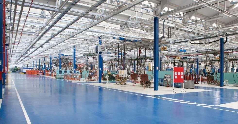 Jak usunąć zabrudzenia spowodowane smarem na podłodze hali produkcyjnej?