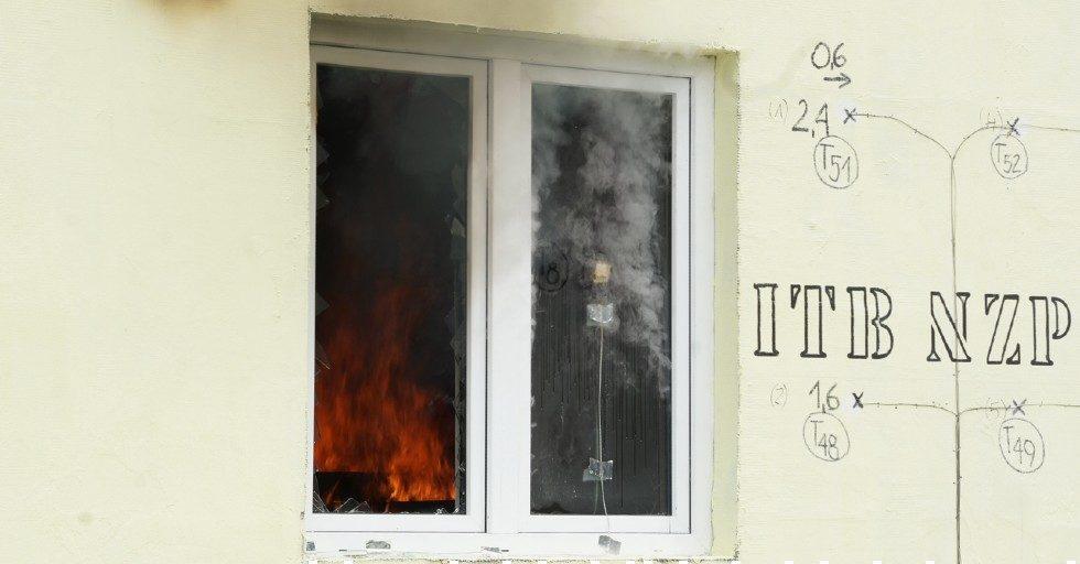 Jak szkło wpływa na bezpieczeństwo pożarowe budynku w szkielecie drewnianym?