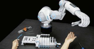 Festo: Pneumatyczna ręka robota z potencjałem współpracy człowiek-robot