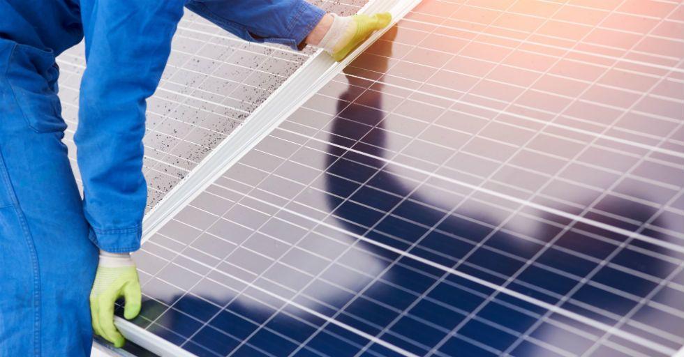 Elektrownie fotowoltaiczne na dachach płaskich – jak sprawić by były najbardziej wydajne?