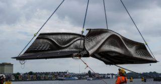 Pierwszy na świecie wydrukowany w 3D stalowy most do użytku pieszych otworzono w Amsterdamie