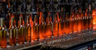 Linia produkcyjna szklanych butelek w hucie CP Glass