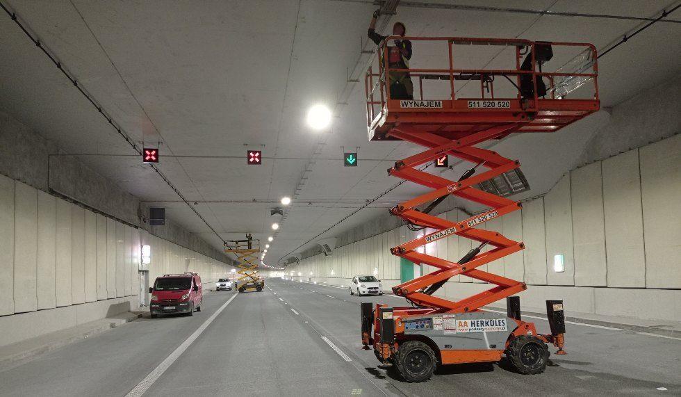 podnosnik-nozycowy-spalinowy-praca-w-tunelu